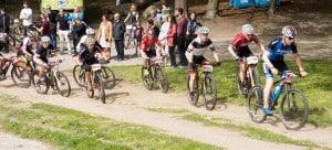 Andrzej prowadzi grupę rowerzystów