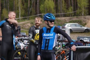 Jacek, Krystian i Dawid w stroju rowerowym