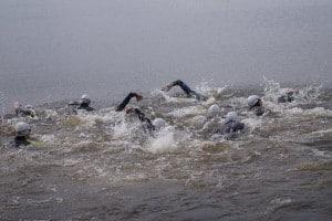 zawodnicy w wodzie, przed jazdą na rowerze